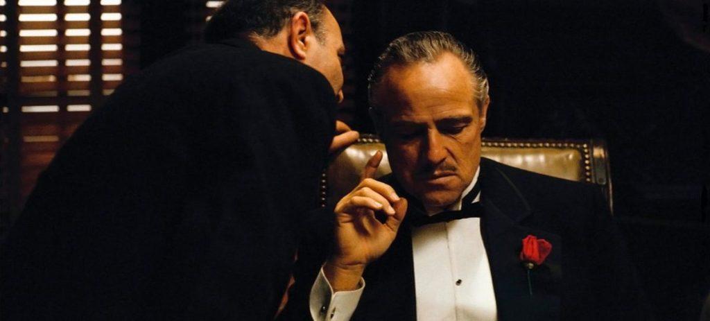 un chef d'entreprise écoute son conseiller
