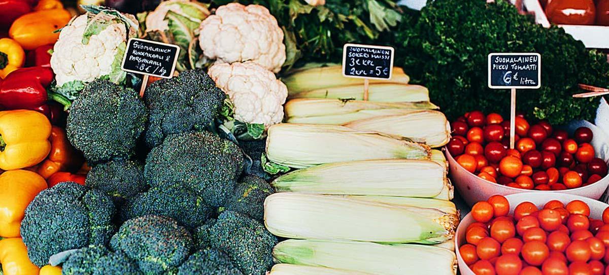 Étalage de fruits et de légumes sur mobilier professionnel