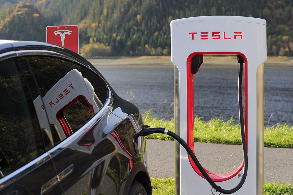 Voiture électrique Tesla chargée par Supercharger